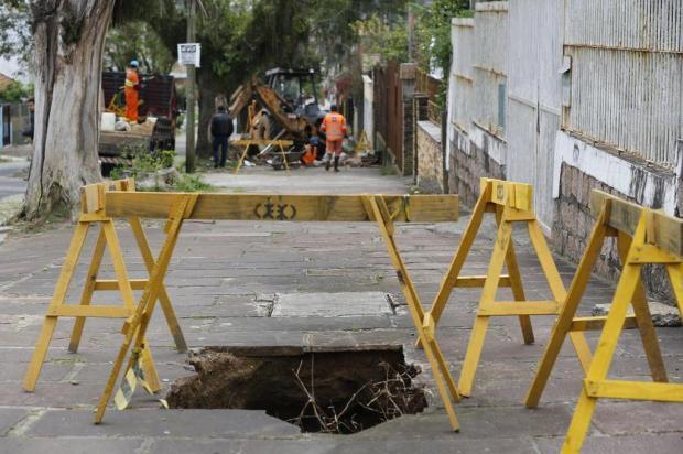 Crateras em rua de Porto Alegre começaram a ser fechadas após dois anos de espera Mateus Bruxel/Agencia RBS