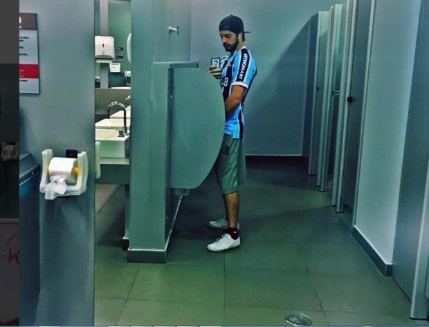 De camiseta do Grêmio e urinando, Enrico Celico rebate críticas à foto polêmica reprodução / instagram/instagram