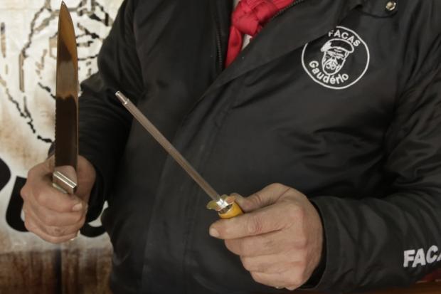 VÍDEO: como afiar a faca com uma chaira Luã Hernandez / Agência RBS/Agência RBS