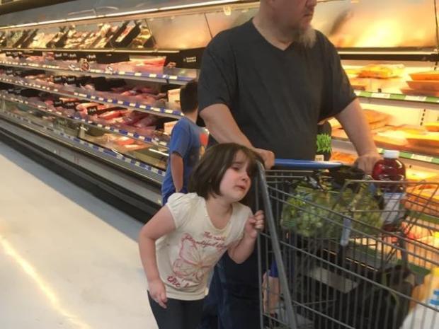 Pai amarra filha pelo cabelo a carrinho de supermercado, e foto choca internet Reprodução / Facebook/Facebook
