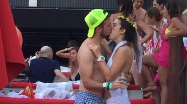 Mulher beija outro em despedida de solteira 1bd4b1712e20f