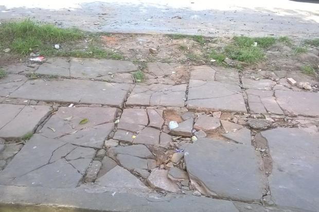 Vazamento de esgoto foi consertado, mas calçada ficou quebrada em rua de Porto Alegre Leitor DG/Arquivo Pessoal