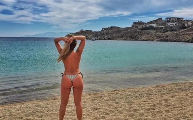 Ex-BBB Renatinha faz topless em praia da Grécia Reprodução / Instagram/Instagram