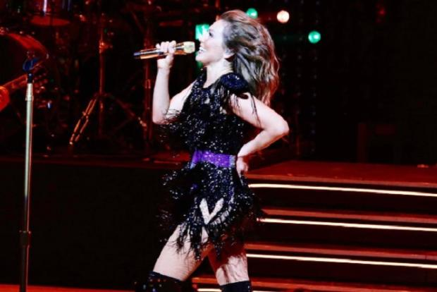 VÍDEO: Thalia se joga na plateia e vestido da cantora abre Reprodução / Instagram/Instagram