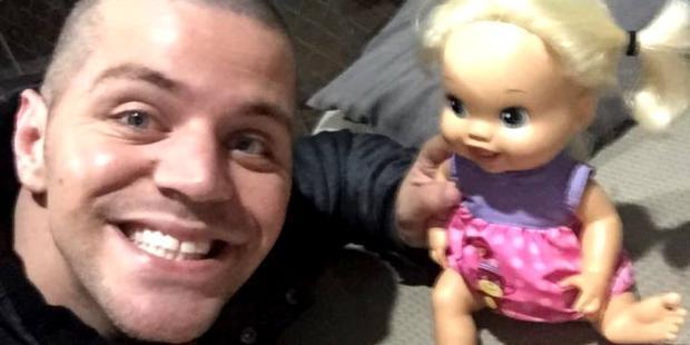 """Pai faz sucesso ao """"assumir"""" boneca de R$400 que filha desprezou Reprodução / Facebook/Facebook"""