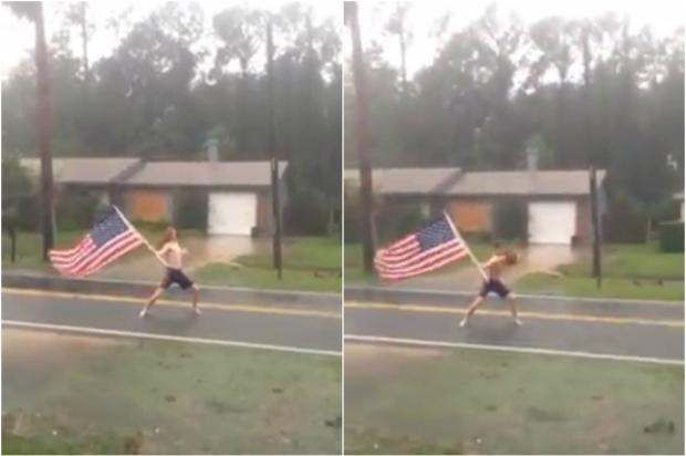 VÍDEO de metaleiro segurando a bandeira dos Estados Unidos em meio a furacão bomba na internet Facebook / Reprodução/Reprodução