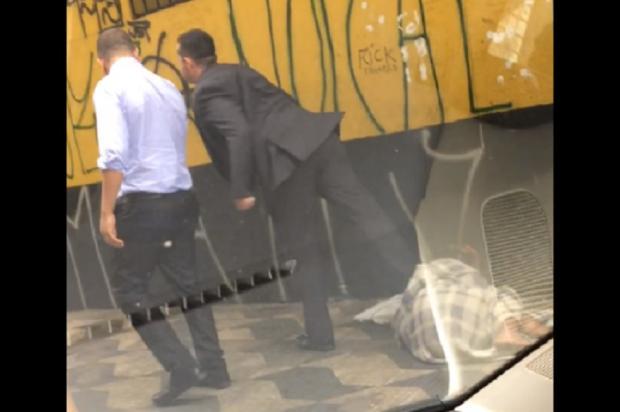 VÍDEO mostra homem chutando morador de rua em São Paulo Reprodução / Facebook/Facebook