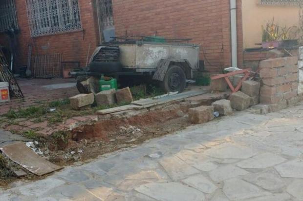 Obra de reconstrução de rede de esgoto derrubou muro de casa na Zona Norte de Porto Alegre Arquivo pessoal/Leitor/DG