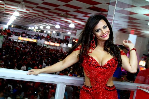 Viviane Araújo samba, rebola e vai até o chão na quadra do Salgueiro Anderson Borde / AgNews/AgNews