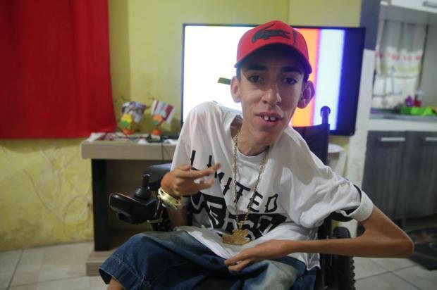 Conheça MC William, que não se intimida com a limitação física e batalha pelo sonho da música Fernando Gomes/Agencia RBS