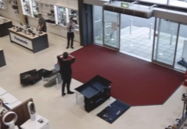 VÍDEO: cliente desastrado derruba quatro aparelhos de TV e dá prejuízo para loja Reprodução/
