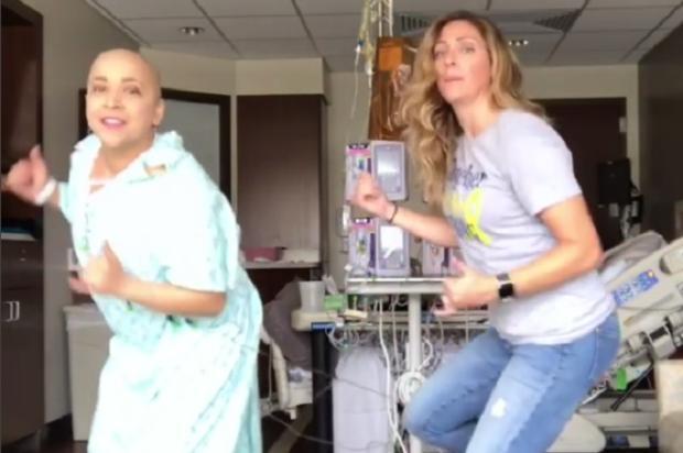 """Mulher com câncer faz sucesso dançando no quarto do hospital e afirma: """"O riso é o melhor remédio"""" Facebook / Reprodução/Reprodução"""