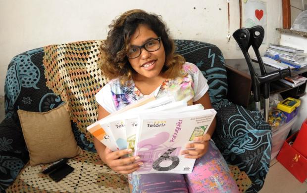 Gabriella precisa de cirurgia no fêmur para voltar a frequentar a escola Luiz Vaz / Agência RBS/Agência RBS