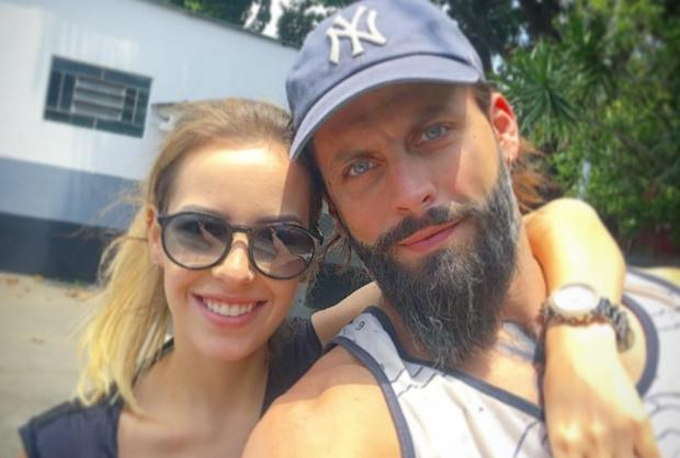 """Namorada de Henri Castelli rebate críticas de fã no Instagram do ator: """"Sua opinião não diz nada"""" Reprodução / Instagram/Instagram"""