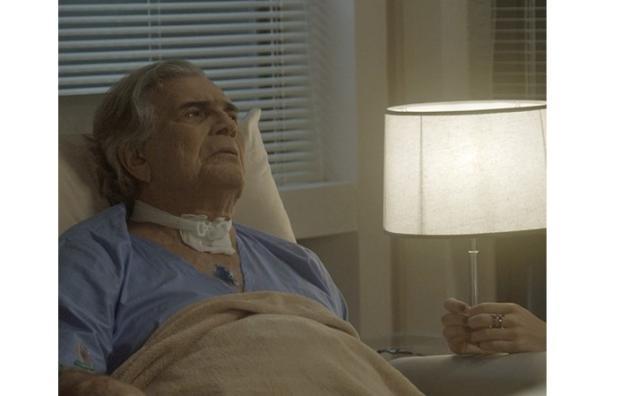 """""""A lei do amor"""": Fausto tenta esconder de Mág que sua saúde melhorou TV Globo / Reprodução/Reprodução"""
