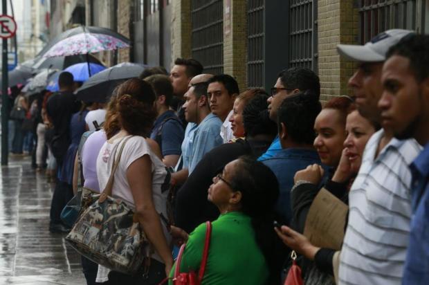 Duas mil pessoas fazem fila em busca de 556 vagas no mutirão de emprego Tadeu Vilani/Agencia RBS