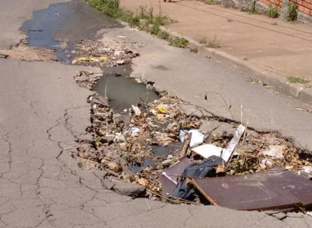 Asfalto está cedendo e buraco representa perigo para pedestres e motoristas em rua de Alvorada Arquivo pessoal/Leitor/DG