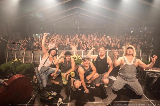 VÍDEO: November Rain ganha versão country de banda da Finlândia Reprodução/Facebook