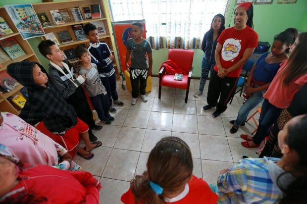 Conheça o professor Guto, referência para crianças e jovens do Morro da Cruz Bruno Alencastro/Agencia RBS