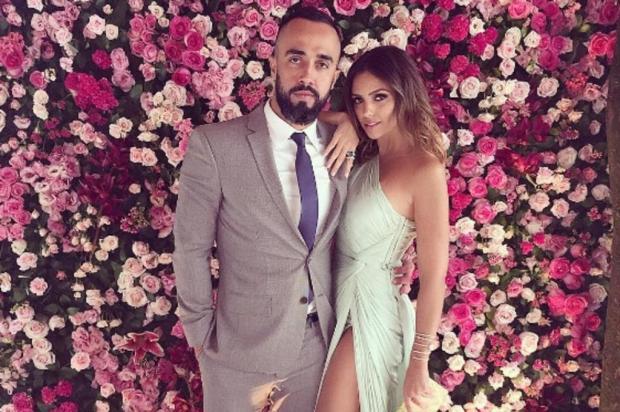 Carol Celico usa vestido com superfenda em casamento de amiga Reprodução/Instagram