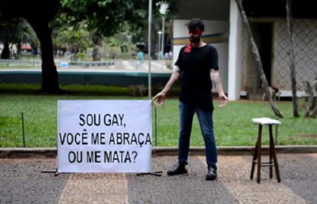 """VÍDEO: de olhos vendados, jovem desafia pedestres: """"Sou gay, você me abraça ou me mata?"""" Reprodução / Facebook/Facebook"""