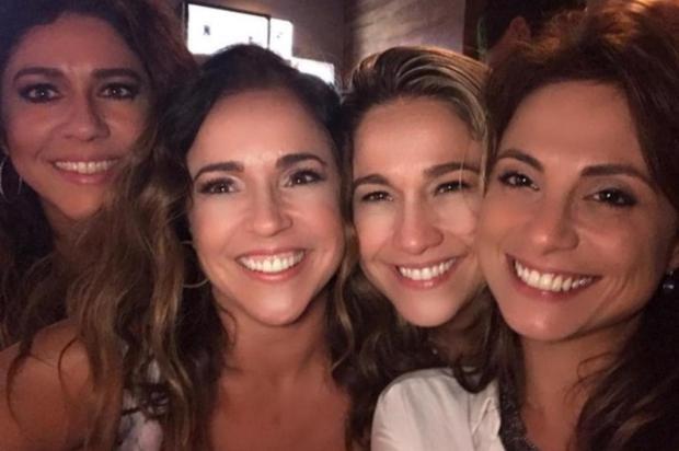 """Fernanda Gentil brinca com flagra de beijo em festa de aniversário: """"Vou ficar no aperto de mão"""" reprodução/instagram"""