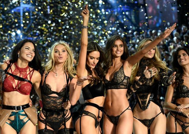 Tops brasileiras brilham em desfile da Victoria's Secret AFP/