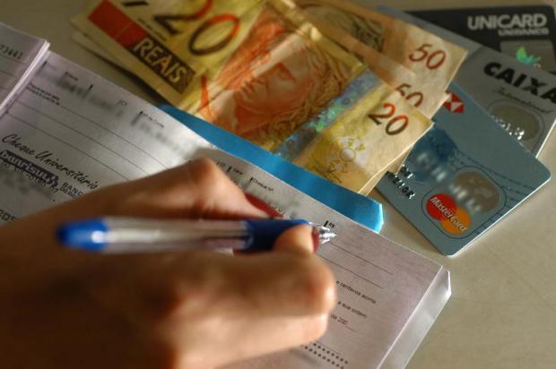 Você sabia que dar desconto para quem paga em dinheiro ou cheque é ilegal? Porthus Junior/Agencia RBS
