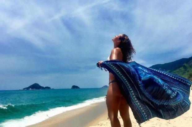 De biquíni e olhos para o céu, Paolla Oliveira encerra 2016 desejando boas energias Reprodução/Instagram