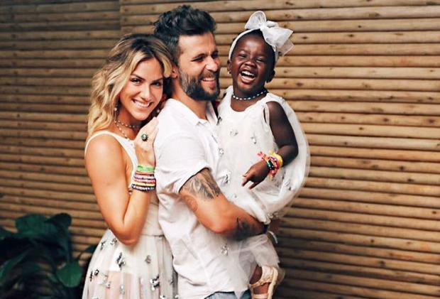 Sorriso de Titi rouba a cena em foto de família com Giovanna Ewbank e Bruno Gagliasso Instagram / Reprodução/Reprodução
