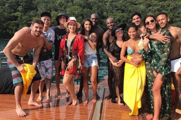 """Foto de Réveillon de famosos chama a atenção por """"casal"""" Bruninho e David Brazil Instagram / Reprodução/Reprodução"""