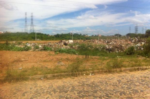 Caminhões de tele-entulho são flagrados despejando lixo em área imprópria para descarte em Cachoeirinha Arquivo pessoal/Leitor/DG