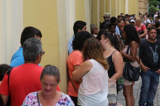 Duas mil pessoas fazem fila por 500 vagas de auxiliar de limpeza em mutirão do Sine Tadeu Vilani/Agencia RBS