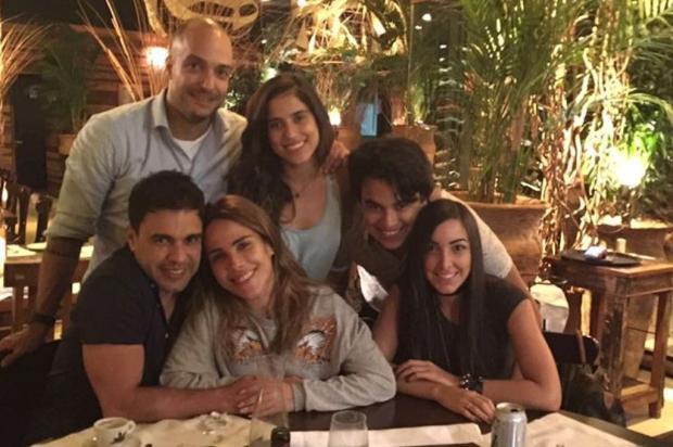 Após brigas, Zezé Di Camargo posa abraçado com Wanessa em jantar com os filhos Reprodução / Instagram/Instagram