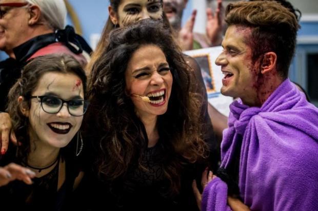 """Marcos agarra Claudia Ohana e Emilly reage: """"Na minha frente!"""" Reprodução/Gshow"""