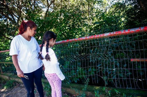 Após filha cair de 5 metros, mãe se preocupa com grade de proteção danificada Camila Domingues/Especial