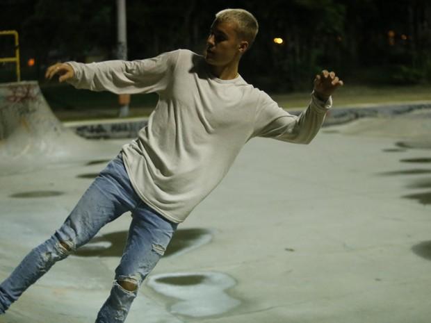 Justin Bieber anda de skate, curte festa e volta pro hotel acompanhado após show no Rio AgNews/AgNews