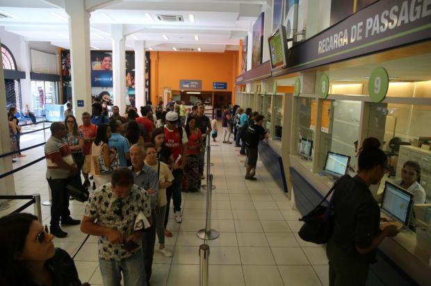 Usuários fazem fila para recarregar o TRI antes do reajuste da passagem de ônibus Tadeu Vilani/Agencia RBS