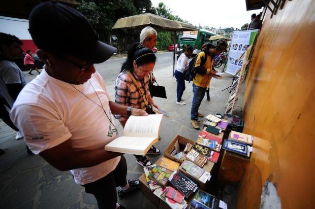 Projeto distribui livros em paradas de ônibus da Lomba do Pinheiro Ronaldo Bernardi/Agencia RBS