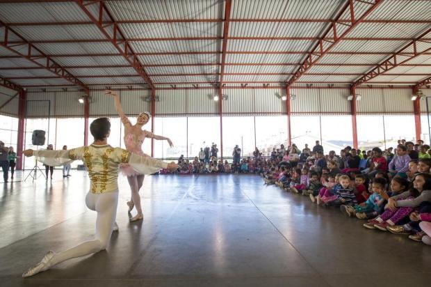 Bailarinos russos dançam para estudantes do Bairro Bom Jesus Anderson Fetter/Agencia RBS