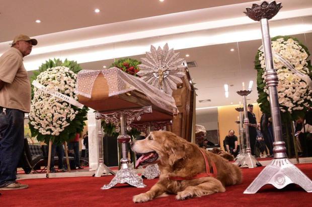 Cachorro de Kid Vinil emociona durante velório do artista Leo Franco/AgNews