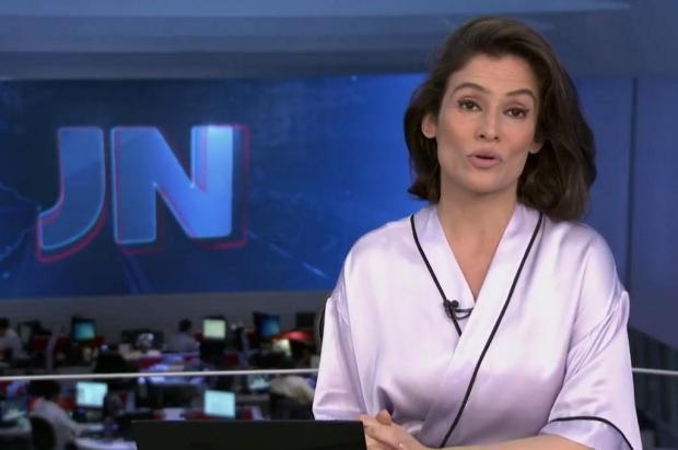 """Renata Vasconcellos aparece de """"roupão"""" no Jornal Nacional e vira meme na internet TV Globo/Reprodução"""