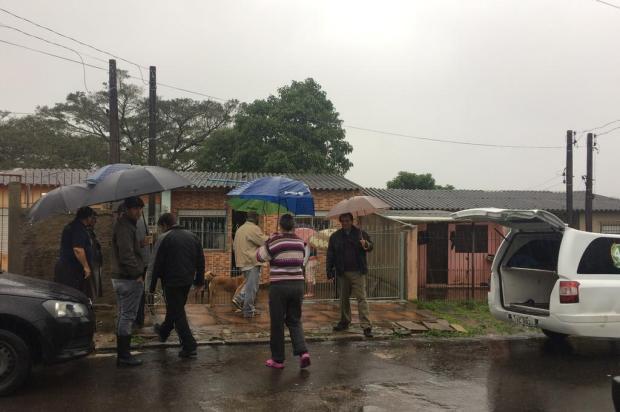 Após 25 horas de espera, vizinhos fazem vaquinha para retirar corpo em Viamão Aline Custódio/Agência RBS