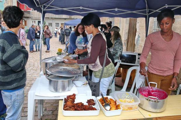 Evento criado por alunos da Capital aproxima imigrantes por meio da música e da gastronomia André Feltes/Especial