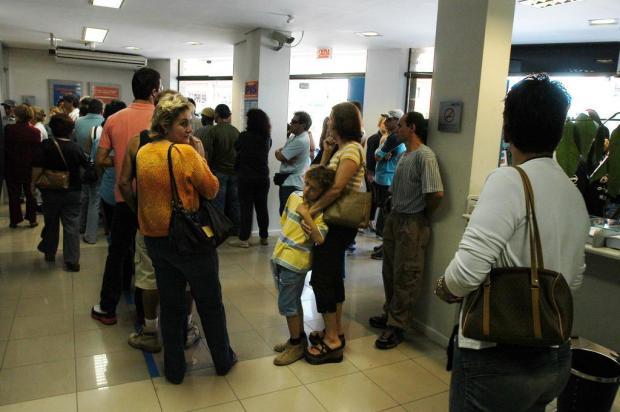 Saiba quanto tempo você pode esperar para ser atendido em lojas de telefonia e bancos na véspera de feriado Caio Cezar/Agencia RBS