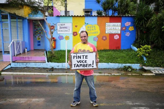 Morador pinta casas em tons vibrantes para aumentar a autoestima na Vila Safira Félix Zucco/Agencia RBS