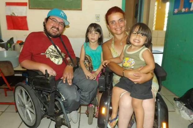 Deficientes físicos, casal faz campanha na internet para arrecadar R$ 14 mil e trocar cadeiras motorizadas Arquivo pessoal/Leitor/DG