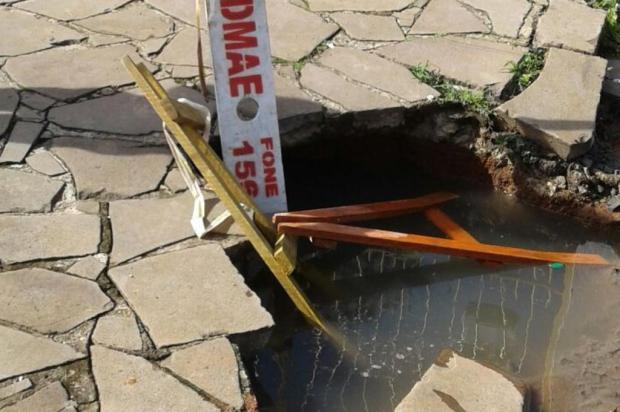 Cratera em frente ao portão de casa, em Porto Alegre, atrapalha rotina de idoso com perna amputada Arquivo pessoal/Leitor/DG
