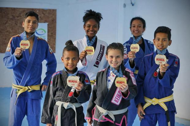 Crianças e adolescentes de projeto social conquistam medalha de ouro em mundial de jiu-jítsu Isadora Neumann/Agência RBS