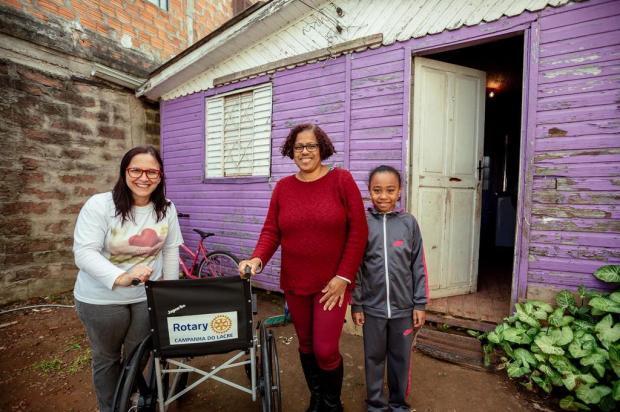 Solidariedade em tempo recorde: um mês após reportagem, grupo de voluntários doa mais uma cadeira de rodas após juntar lacres de latinhas Omar Freitas/Agencia RBS